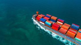 Bärande behållare för behållareskepp för import och export, affär för flyg- sikt som är logistisk, och frakttrans. med skeppet i  royaltyfri bild