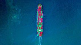 Bärande behållare för behållareskepp för import och export, affär för flyg- sikt som är logistisk, och frakttrans. med skeppet i  arkivbilder