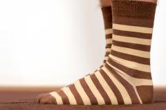 Bärande bekväma randiga sockor Arkivfoto