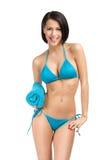 Bärande bikini för kvinna och hållahandduk arkivfoton