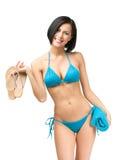 Bärande bikini för kvinna och hållahandduk och läderremmar royaltyfri bild