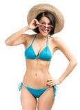 Bärande bikini, hatt och solglasögon för kvinna royaltyfri bild