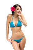 Bärande bikini och blomma för kvinna i hår royaltyfria foton