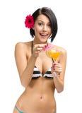 Bärande bikini och blomma för kvinna i hårdrinkcoctail royaltyfri foto
