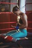 Bärande blåttrem för kvinnlig boxare på handleden Royaltyfri Fotografi