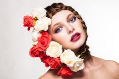 Bärande blommor för kvinna på hennes huvud i idérik stående Arkivbilder