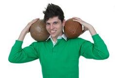 Bärande bollar för idrottsman på hans skuldror Arkivfoton