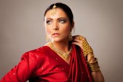 Bärande Bollywood-stil för ung kvinna sari Arkivbilder