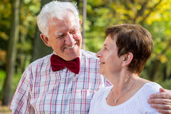 Bärande bowtie för äldre man Royaltyfria Bilder
