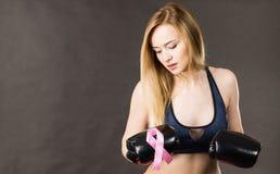 Bärande boxninghandskar för kvinna som har det rosa bandet Arkivbild