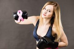 Bärande boxninghandskar för kvinna som har det rosa bandet Royaltyfri Foto