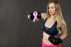 Bärande boxninghandskar för kvinna som har det rosa bandet Arkivbilder