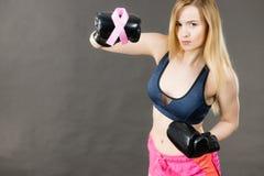 Bärande boxninghandskar för kvinna som har det rosa bandet Arkivfoto