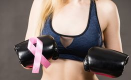 Bärande boxninghandskar för kvinna som har det rosa bandet Royaltyfri Fotografi