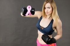 Bärande boxninghandskar för kvinna som har det rosa bandet Royaltyfria Bilder