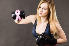 Bärande boxninghandskar för kvinna som har det rosa bandet Fotografering för Bildbyråer