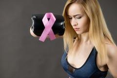 Bärande boxninghandskar för kvinna som har det rosa bandet Arkivfoton
