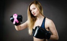 Bärande boxninghandskar för ung kvinna som har det rosa bandet Royaltyfri Bild