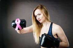 Bärande boxninghandskar för ung kvinna som har det rosa bandet Royaltyfria Foton