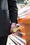 Bärande casket för kistabärare på begravningen Arkivbild