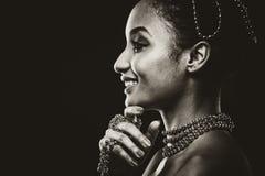 Bärande chain smycken för härlig kvinna i svartvitt foto Royaltyfria Bilder