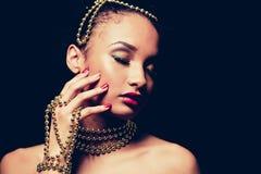 Bärande chain smycken för härlig kvinna i svartvitt foto Royaltyfri Fotografi
