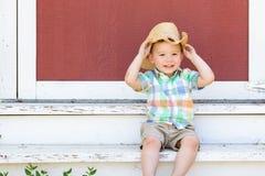 B?rande cowboy Hat f?r ung pojke f?r blandat lopp kinesisk royaltyfria foton