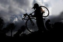 Bärande cykel för man Royaltyfria Foton