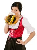 Bärande dirndl för kvinna och dricka Oktoberfest öl Arkivbilder