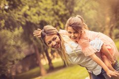 bärande dotter henne moder Arkivbilder