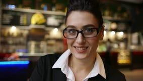 Bärande exponeringsglas för attraktiv ung affärskvinna lager videofilmer