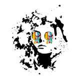 Bärande exponeringsglas för en flicka med målarfärgstekflott från dem Arkivbild