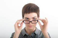 Bärande exponeringsglas för en ung kvinna Ram för exponeringsglas för eyewear för exponeringsglaskvinnavisning lycklig hållande C Royaltyfria Bilder