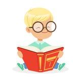 Bärande exponeringsglas för gullig liten towheaded pojke som sitter på golvet och läsningen en bok, färgrik vektor för tecknad fi stock illustrationer