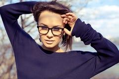 Bärande exponeringsglas för härlig stilfull flicka för modemodell Arkivbild