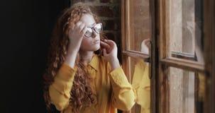 Bärande exponeringsglas för ung härlig flicka arkivfilmer