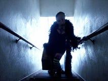 Bärande fall för kvinna uppför trappan Royaltyfria Foton