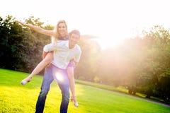 Bärande flicka för man på ryggen i sommar Royaltyfria Foton