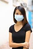 Bärande framsidamaskering för asiatisk kvinna Arkivfoton