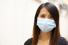Bärande framsidamaskering för asiatisk kvinna Fotografering för Bildbyråer