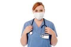 Bärande framsidamaskering för kvinnlig kirurg Royaltyfri Foto