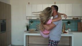Bärande fru för romantisk man i hans armar hemma lager videofilmer
