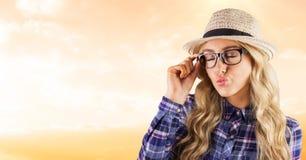 Bärande glasögon för kvinnlig hipster, medan rynka kanter royaltyfri bild