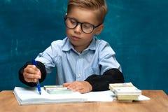 Bärande glasögon för litet barn med händer för kassa in arkivbilder