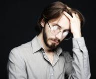 Bärande glasögon för ung man över svart bakgrund Livsstil Co royaltyfri foto