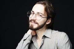 Bärande glasögon för ung man över svart bakgrund Livsstil Co royaltyfria foton