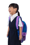 Bärande grundskola för barn mellan 5 och 11 årlikformig för lycklig asiatisk kinesisk liten flicka Arkivfoto