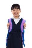 Bärande grundskola för barn mellan 5 och 11 årlikformig för lycklig asiatisk kinesisk liten flicka Arkivbilder