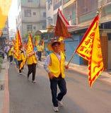 Bärande gula klosterbroderflaggor Royaltyfri Bild
