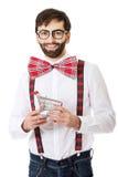 Bärande hängslen för man med den lilla shoppingkorgen royaltyfria bilder